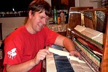 Jiří Svoboda se svému povolání naučil ve škole v Hradci Králové a první zkušenosti načerpal ve firmě Petrof. Největší radost z práce má, když se mu podaří vytvořit dobře hrající nástroj z natolik rozbitého klavíru, že se ani klavíru nepodobal.