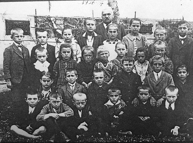Druhá fotografie znázorňuje školní rok 1926 – 1927se stejným řídícím