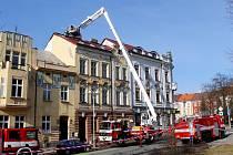Při požáru rozestavěného půdního bytu v Bílkově ulici muselo být evakuováno osm osob.