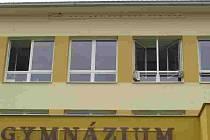 Příbytky rorýsů na budově gymnázia.