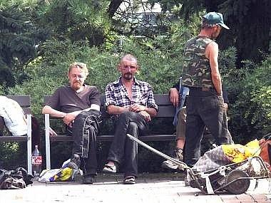 Bezdomovci obtěžují lidi na Pražském Sídlišti. Teď už tam dosáhne suchá vyhláška.