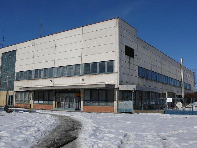 Žádný pohyb pracovníků ani techniky, žadné hučení klimatizace ani strojů. Tak dnes vypadá téměř třicet let stará budova, v niž sídlila textilní společnost Jitex.