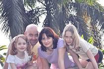 Alena Panovská (vpravo) s rodiči a sestrou.