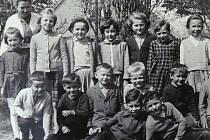 SE TŘÍDOU. Marta Máchová na fotografii s jednou ze svých tříd v Hodušíně, kde dvacet let pracovala jako ředitelka.