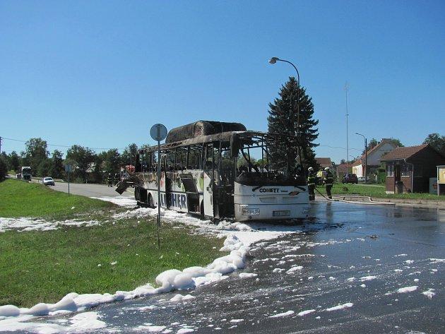 Ve Vřescích poblíž Ratibořských Hor shořel autobus.