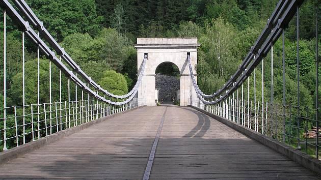 Dřevěná mostovka Stádleckého mostu pomalu dosluhuje