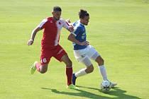 Na snímku z vydařeného utkání Táborska v Karlových Varech si hlídá Šimon Havrda míč před domácím Jiřím Procházkou.