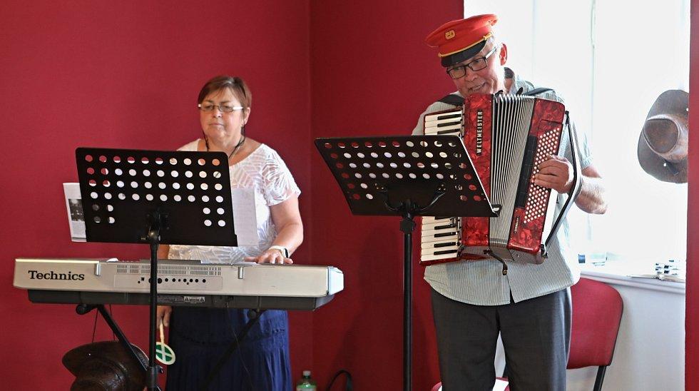 Slavnostního otevření Weisova domu v pátek 16. července se zúčastnila řada významných hostů včetně starosty Víta Rady. O hudební program se postarali manželé Molíkovi.