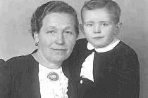 Malý Jiří Hrzán se svojí tetou.