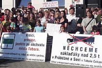 PROTEST. Účastníci středečního setkání se zástupci města, kteří nesouhlasí s tím, aby okolo Základní školy Čekanice (Průběžnou a Soví ulicí) jezdily kamiony.