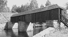 LENORSKÉ RECHLE. Krytá dřevěná lávka, zvaná rechle, spojuje břehy Teplé Vltavy od roku 1870. Most dlouhý 25 metrů plnil svoji funkci až do vybudování přehrady na Lipně.