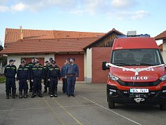 Veselští hasiči získali nové auto.