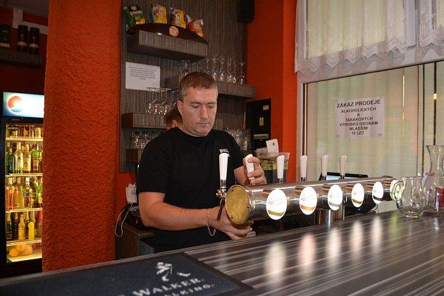 Jan Vošta se o svou bowlingovou hernu s barem a restaurací stará už devět let.