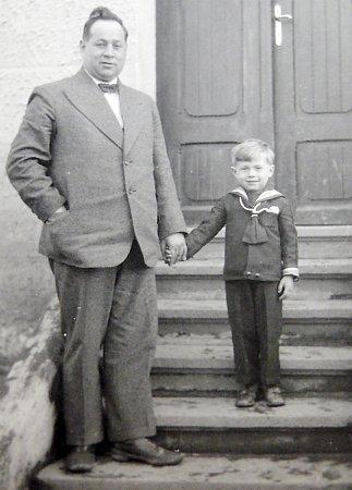 OTEC SE SYNEM. Josef Prokeš sjediným synem Zdeňkem, který dodnes žije ve Veselí nad Lužnicí.