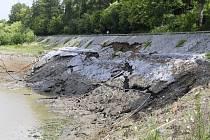 Stavbaři také sanují svah pod sladovnou, který se částečně zbortil při červnových povodních.