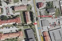 Místo, kde došlo ke kolizi chodkyně a červeného vozidla