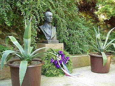 Busta Edvarda Beneše v zahradě sezimoústecké vily