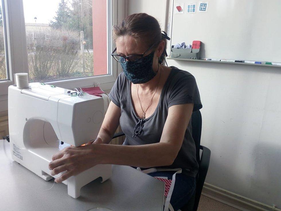 Diakonie Rolnička je jedním z nejvýznamnějších poskytovatelů sociálních služeb v ČR a jednička ve speciálním školství. Pomáhá dětem, dospělým, seniorům i lidem v různých životních krizích. Na Táborsku nyní její zaměstnanci šijí roušky.