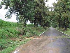 Na silnicích leží pozůstatky bouřky.