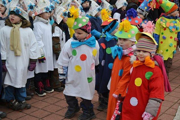 V úterý se v Sezimově Ústí konal masopust. Všichni školáci i učitelé byli v maskách.