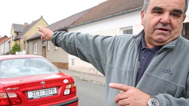 Josef Volek z Táborské ulice sice parkuje ve své garáži, ale problémy svých sousedů chápe.