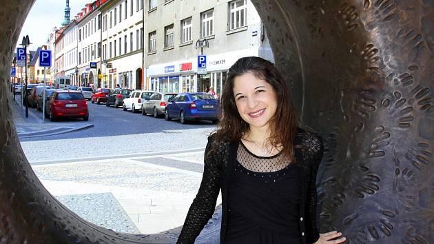POMOCI přijela Domácímu hospicu Jordán i italská pianistka Irene Veneziano (na snímku), která vystoupí v neděli od 19 hodin v Divadle Oskara Nedbala