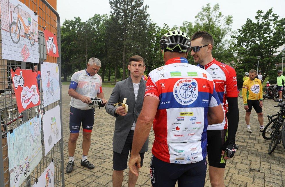Na kole projeli na pomoc dětem jih Čech.