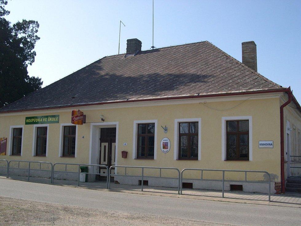 Objekt školy před 10 lety v roce 2009, do dnes je centrem dění v obci.