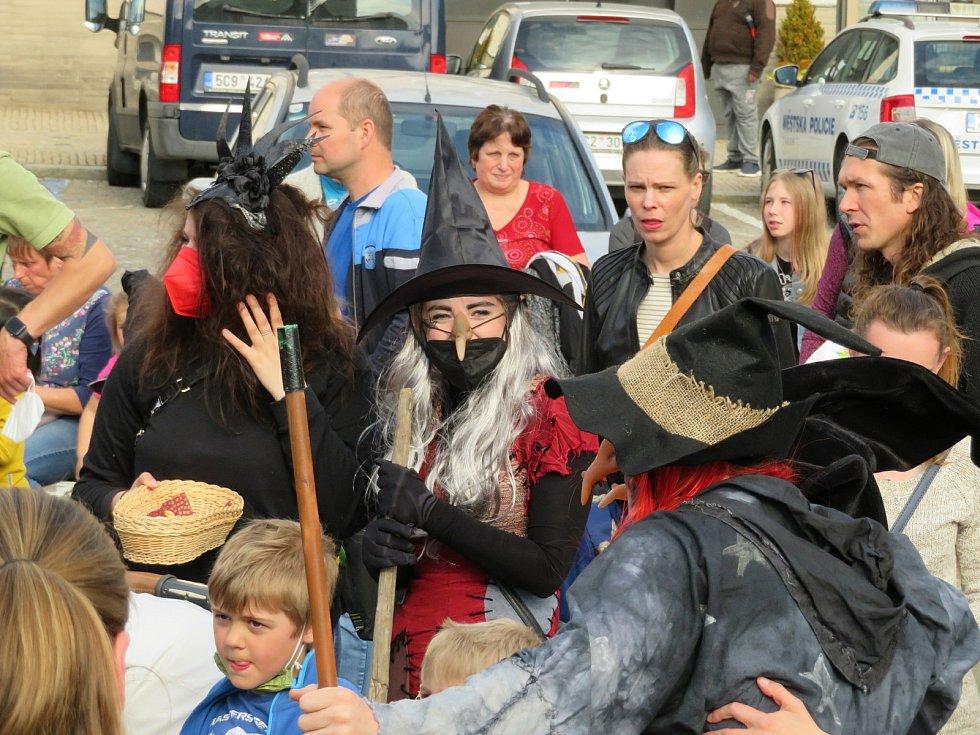 Čarodějnice v Táboře letos zapojily celou rodinu, vyrazily si také na výlet do Lomu. Na Žižkově náměstí na ně v pátek odpoledne čekaly desítky lidí.