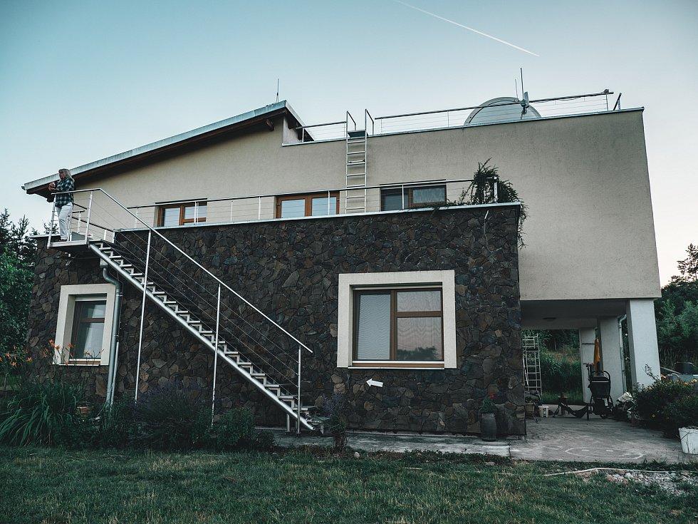 Od dětství ho lákal vesmír, a tak si postavil vlastní hvězdárnu, v které dokonce bydlí na kopci Svákov v Soběslavi.