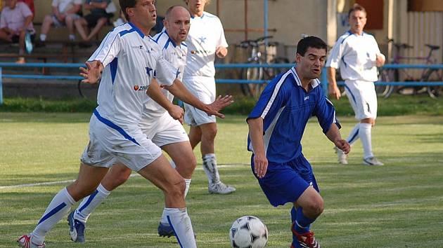 Fotbalisté táborského FK o víkendu nenavázali na úvodní výhry nad Lažištěm a Olešníkem, a po porážce 0:1 ve Vodňanech  klesli  v tabulce krajského přeboru na páté místo (na snímku bojuje s vodňanskou přesilou Ladislav Šebek).