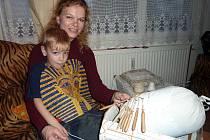 Petře Klofáčové při paličkování také pomáhá její pětiletý syn Filip. Nejraději vytahuje špendlíky zhotových krajek a pak pomáhá mamince při jejich naztužování.