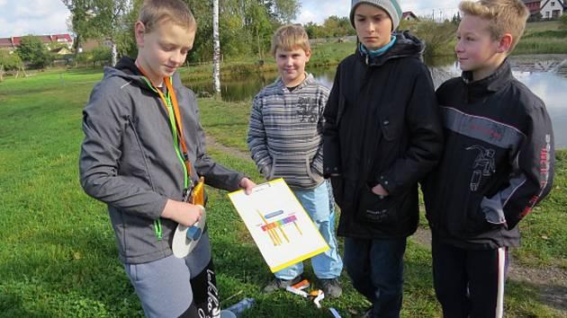 Opařanští školáci měří pH vody rybníku.