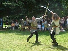 VESELSKÉ SLAVNOSTI. Součástí Veselských slavností jsou i ukázky bojů místních šermířů.