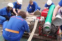 Soutěžní družstvo skalických hasičů do 35 let se připravuje na letošní start v okrskové soutěži, která se konala v Bezděčíně.
