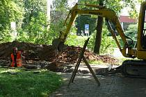 Jámy pro uložení potrubí na teplo se táhnou i kolem parku, aby se na centrální vytápění mohl připojit také kulturní dům.