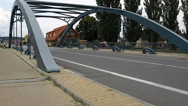 Most přes Nežárku je nový, teď ještě potřebuje opravit most přes Lužnici.