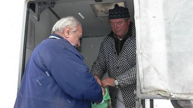 Každý čtvrtek si mohou Tučapští nakoupit čerstvé maso  v pojízdné prodejně.