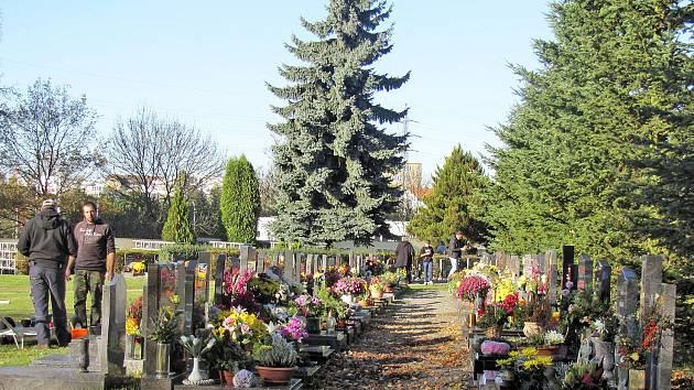 Památka zesnulých připadá na neděli. Hroby proto rozkvetly záplavou podzimních květin. Židé místa odpočinku svých blízkých zdobí kamínky.