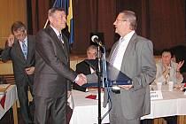 Výměna starostů v Bechyni. Jaroslav Matějka (vpravo) gratuluje nastupujícímu Pavlu Houdkovi.