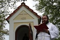 V neděli kapličku vysvětil farář Josef Atanáš Leškovský.