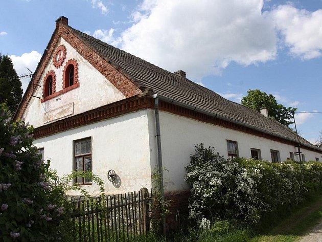 Stavení v Mašovicích pochází z roku 1869. Kdysi bývalo vyhlášenou hospodou, divadelním i tanečním parketem.