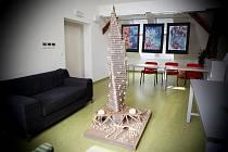 Papírový mrakodrap od táborských studentů.
