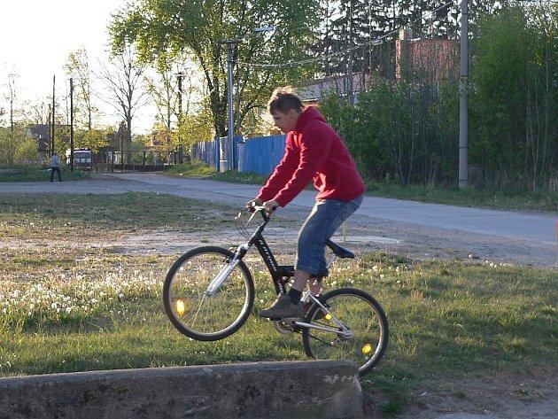 V místech, kde dnes projíždí cyklista,  se bude na konci příštího roku napojovat přeložka silnice II/135, která povede přes Černovický potok a bude ústit za Jitonou.