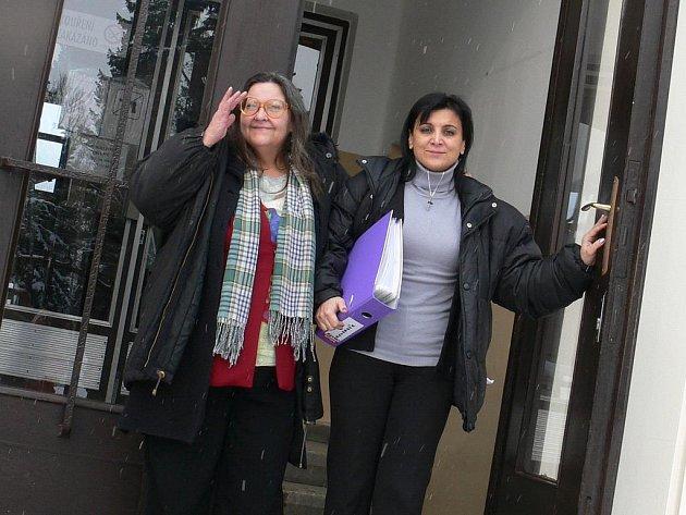 Od soudu odchází po roce a půl soudních jednání Libuše Bryndová (vlevo) a obhájkyně Klára Veselá Samková s úsměvem na rtech.