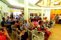 Dospělí studenti Základní umělecké školy Tábor prezentují své obrazy v plánské výstavní síni.