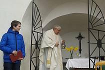 Farář Josef Charypar vysvětil ve Stádlci opravenou kapli.