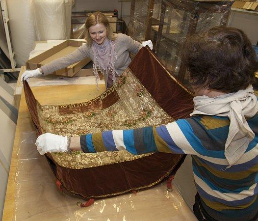 Mladovožická opona vrukou muzejníků