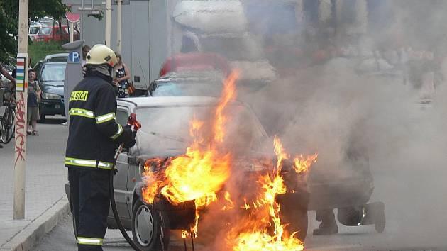 Hořící automobil uhasili až hasiči.