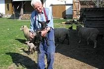Jan Brčák se do Božejovic přiženil před devětačtyřiceti lety.V součásné době mu největší radost dělají  jeho ovečky.